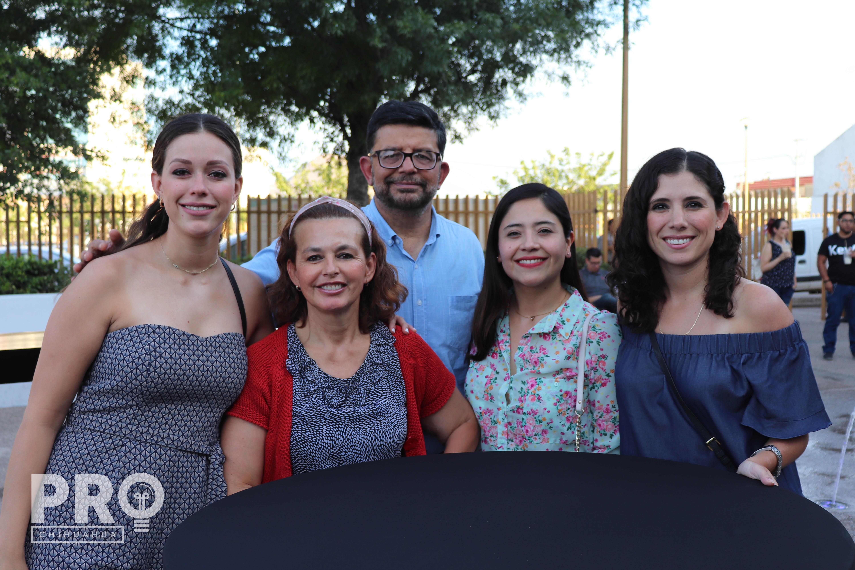 Larissa Uribe, Leticia Marioni, José Uribe, Fabiola Castillo y Mariel Baeza